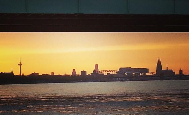 Köln mit Dom von Rodenkirchen aus gesehen – Sonnenuntergang