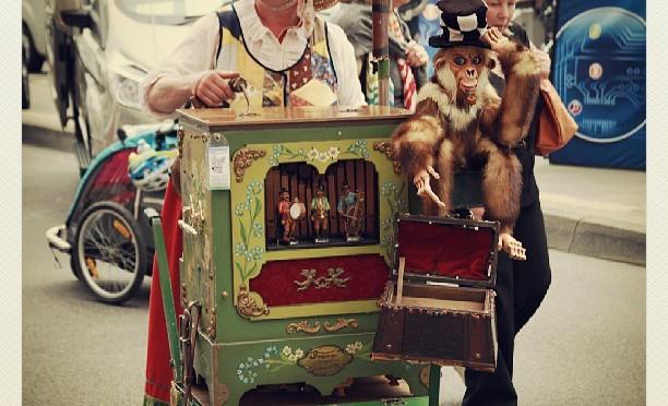 Orgelspielerin beim Strassenfest in Köln Rodenkirchen