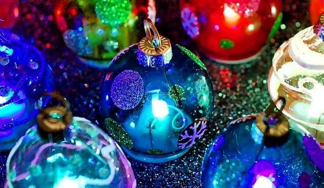 Leuchtend bunte Weihnachtskugeln