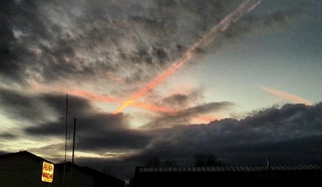 Sonnenuntergang mit rotem Kreuz am Himmel