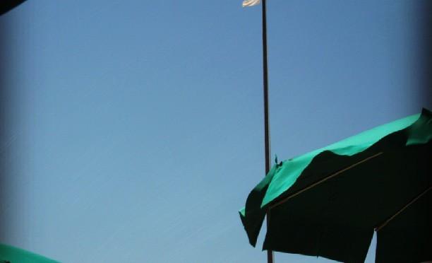 Weiße Flagge über der Adria in Riccione